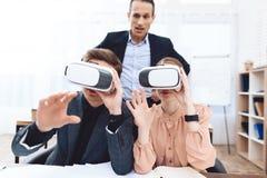 Facet z dziewczyną ma zabawę z rzeczywistość wirtualna szkłami zdjęcie royalty free