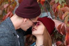 Facet z dziewczyną na jesieni ulistnienia tle zdjęcia stock