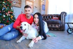 Facet z dziewczyną pozuje i ono uśmiecha się przy kamerą, obok psa w Nowym Ye Obraz Royalty Free