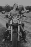 Facet z dziewczyną w polu na motocyklu Zdjęcie Stock