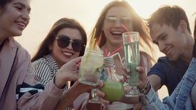 Facet z dziewczynami stoi Outdoors i clinking szkłami, koktajle, wszystko uśmiechnięci lato miastowy koktajl zdjęcie wideo