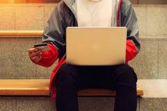 Facet z laptopem na jej podołku i kredytowa karta w rękach Fotografia Royalty Free
