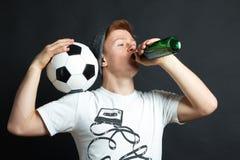 Facet z piłką pije piwo obraz stock