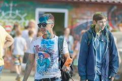 Facet z torbą farb święte ręki Festiwal kolory Holi w Cheboksary, Chuvash republika, Rosja 05/28/2016 Obraz Royalty Free