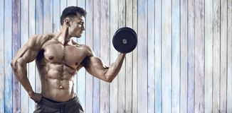 Faceta bodybuilder z dumbbell fotografia royalty free