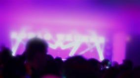 Faceta czuć cierpiący, wysoki, pijący widok, tłumu taniec w klubie zbiory wideo