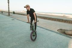 Faceta doskakiwanie z bmx i jazda jechać na rowerze obrazy stock