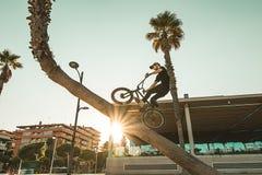 Faceta doskakiwanie z bmx i jazda jechać na rowerze zdjęcia royalty free