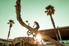 Faceta doskakiwanie z bmx i jazda jechać na rowerze zdjęcie royalty free