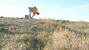 Faceta joga ćwiczy pozycje i ruchy outdoors Młody człowiek pozycja przy joga pozą przy naturą Atleta robi sile Fotografia Royalty Free