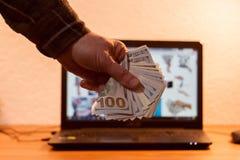 Faceta lub biznesmena mienia euro pieniądze w jego ręce Laptop w Obraz Royalty Free