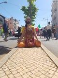 Faceta modlenie dla wellness pracownicy w pracownika dniu w avenida almirante reis zdjęcia royalty free