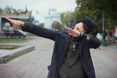 Faceta nastoletni odprowadzenie wokoło miasta zdjęcia stock