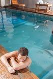 Faceta odpoczynek w krawędzi basen Obrazy Stock