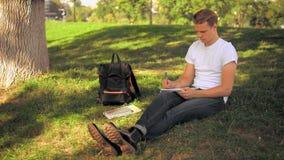 Faceta studiowanie w parku zbiory wideo