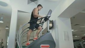Faceta szkolenie iść na piechotę poruszających up schodki w gym zdjęcie wideo