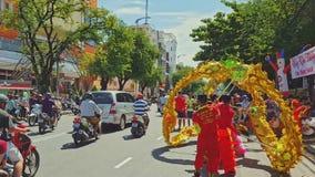 Faceta taniec z smokiem na drodze chodniczkiem w mieście z ruchem drogowym zbiory wideo