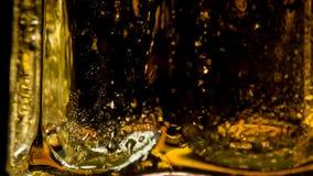 Facetas de las tazas de cristal de cerveza metrajes