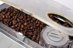 Fach füllte die Kaffeemaschine auf Stockfotografie