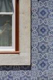 A fachada é decorada com uma janela para as telhas portuguesas originais fotografia de stock