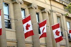 Fachada adornada con las banderas de Canadá o la bandera de la hoja de arce Foto de archivo