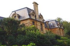 Fachada adornada con las ventanas abuhardilladas y la chimenea arqueadas Foto de archivo