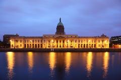 fachada aduanas en la noche en Dublín Imagen de archivo