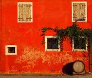 Fachada alaranjada de uma casa rural com folhas da videira e um tambor de vinho Imagens de Stock
