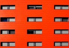 Fachada alaranjada de uma construção moderna Fotografia de Stock Royalty Free