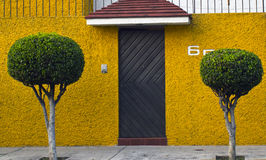 Fachada amarilla Imagenes de archivo