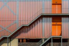 Fachada anaranjada colorida moderna Imágenes de archivo libres de regalías