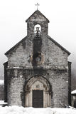 Fachada antiga da pedra da igreja no tempo de inverno santiago Roncesvall Fotografia de Stock