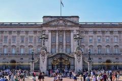 Fachada apretada del Buckingham Palace en Londres en Sunny Summer Day imágenes de archivo libres de regalías