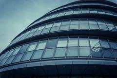 Fachada arredondada moderna da câmara municipal em Londres, Reino Unido imagem de stock royalty free