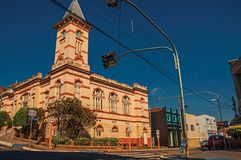Fachada ayuntamiento colorido viejo con la torre en una esquina de calle, en un día soleado en São Manuel Foto de archivo libre de regalías