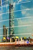 Fachada azul del rascacielos en Chao Praya River, Bangkok Foto de archivo libre de regalías