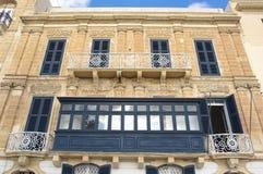 Fachada barroca y balcón tradicional en Valletta Fotos de archivo