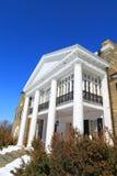 Fachada blanca de la mansión Imagenes de archivo