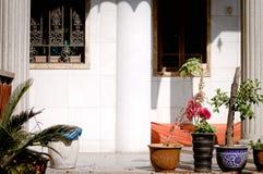 Fachada blanca del templo de Yuantong con las plantas y las flores Imagenes de archivo