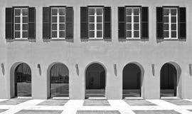 Fachada bonita da arte da construção da arquitetura e janelas e colunas velhas em Livorno Toscânia, Itália Fotos de Stock Royalty Free