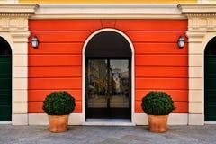 Fachada brillante de la simetría con la puerta de entrada fotos de archivo libres de regalías