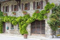 Fachada coberto de vegetação de uma casa medieval Foto de Stock Royalty Free