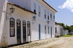 Fachada colonial en la calle del guijarro Fotos de archivo libres de regalías