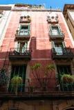 Fachada colorida de Buiding do apartamento em Barcelona, Espanha imagem de stock