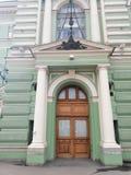 fachada com as colunas do teatro imagens de stock