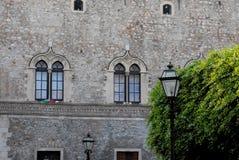 Fachada, com as duas janelas gêmeas, em uma construção histórica em Siracusa em Sicília Fotografia de Stock