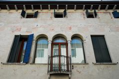 Fachada com janela mullioned de uma construção antiga em Oderzo na província de Treviso no Vêneto (Itália) foto de stock royalty free