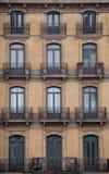 Fachada com janelas e balcões, construção histórica Cidade de Barcelona spain Imagens de Stock Royalty Free