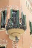 Fachada com o balcão do metal no museu da casa de Gaudi, Barcelona, Espanha Imagem de Stock