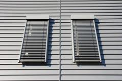 Fachada con dos ventanas Foto de archivo